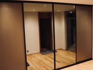 Holzfabrik48° Garderobenschrank Front Schibetüren Spiegel und bronze gebürstete Füllungen