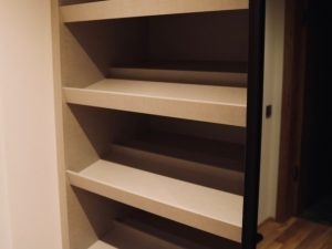 Holzfabrik48° Garderobenschrank Schrägböden zur Aufbewahrung von Schuhen